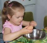 przepisy na potrawy dla dzieci - smaczne muchomorki Anielka obiera jajeczko