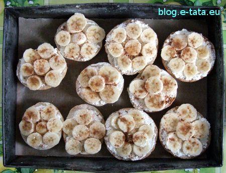 Zapiekane bułeczki z twarogiem i bananami, zrobione przez dzieci, przed upieczeniem