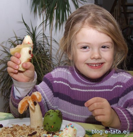 Dziecko zajada się potrawą zrobioną samemu