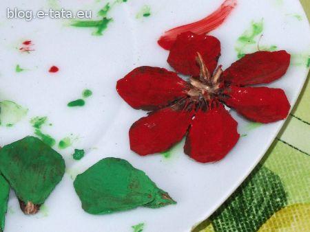 Pomalowany kwiatek z szyszek, zrobiony przez dzieci
