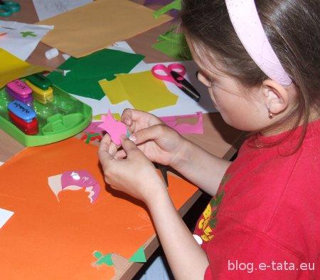 Dzieci robią papierowe kwiatki na laurkę dla mamy