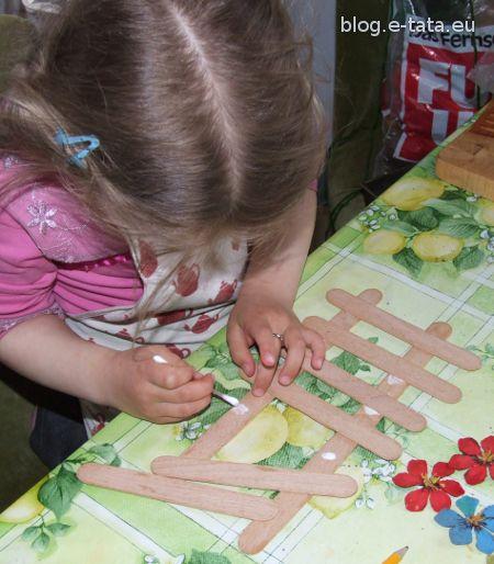 Sklejanie płotka z patyczków (szpatułek)
