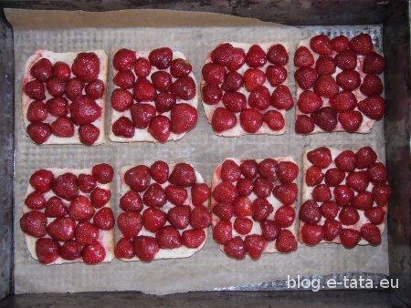 Zapiekane kanapki z truskawkami, ułożone na blasze do pieczenia