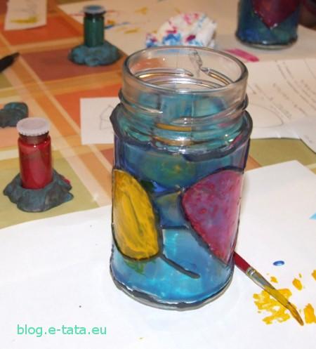 Lampion witrażowy, w trakcie malowania