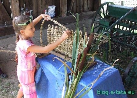 Zuzia wyplata wycieraczkę z liści pałki