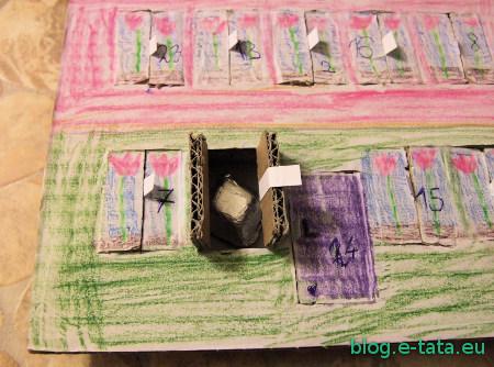 Kalendarz adwentowy, zrobiony samemu przez dzieci - czekoladka w okienku