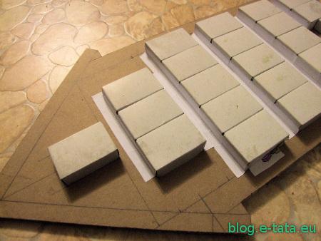 Kalendarz adwentowy, zrobiony samemu przez dziecko - przyklejone pudełka